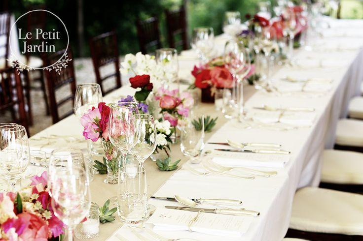 Tavolo imperiale - stile informale, colorato. Scatoline in legno basse formano le composizioni principale, e sono intervallate da gruppi di vasetti di differenti altezze per dare movimento.