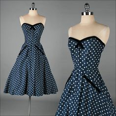 Vestido azul strapless con puntos blancos.