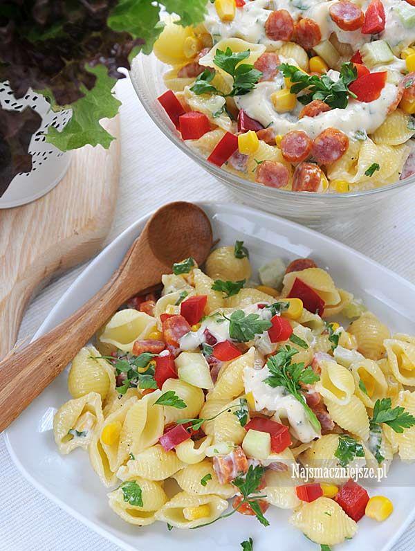 Kolorowa sałatka z makaronem, smaczna, lekka i szybka w przygotowaniu, w sam raz na lunch do pracy czy pyszna kolację.