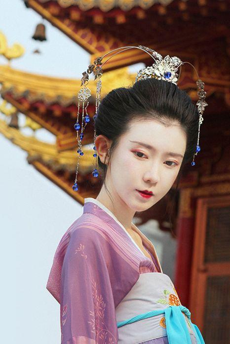 芥子记/Jieziji's Hanfu (han chinese clothing) and Hair Ornament collection. The model is wearing Tang Dynasty-style chest-high ruqun/襦裙.