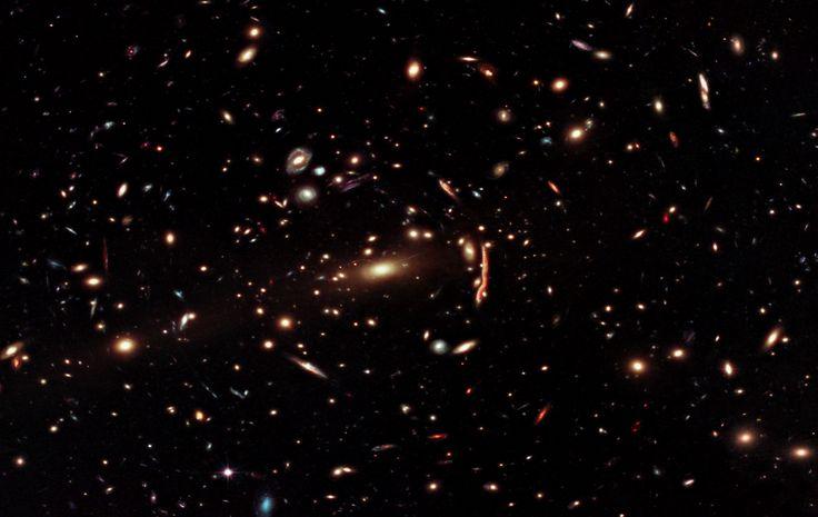 Ammasso galattico MACS J1206 con distorsione luce.
