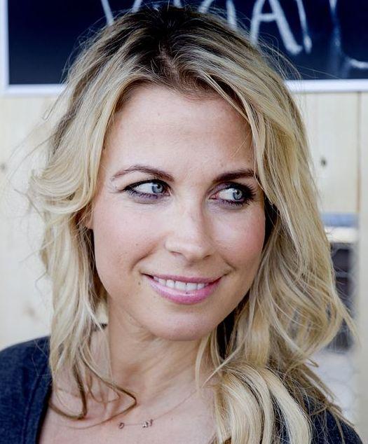 Vivian Reijs 12-08-1977 Nederlandse presentatrice en schrijfster. Sinds 13 augustus 2005 was ze getrouwd met songwriter en muziekproducent John Ewbank. Ze hebben een dochter, geboren in 2004. Tijdens haar zwangerschap ontwierp ze een T-shirtlijn voor zwangere vrouwen, Supermom. Op 17 juni 2010 werd bekendgemaakt dat Ewbank en Reijs gingen scheiden. Ze heeft een stijlrubriek in het tijdschrift Kinderen en een column in het tijdschrift Mama.  https://youtu.be/dQF9VPMpQOQ