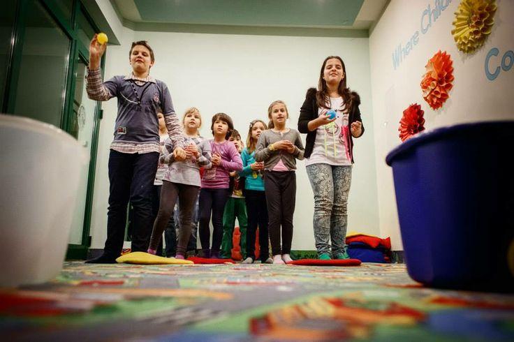 Cursurile de engleză prin metoda Helen Doron nu contribuie numai la o învățare mai ușoară a acestei limbi, ci și la creșterea încrederii copiilor în ei înșiși.