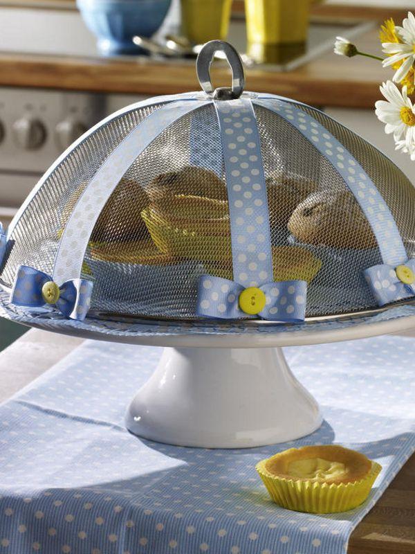 1 Fliegenhaube (Haushaltswaren; ca. 10-12,-- €)breites Geschenkband mit Punkten (Bastelladen; 2,99 €/Rolle)8 kleine, gelbe Knöpfe