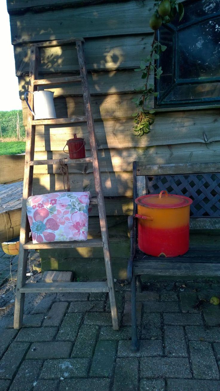 Leuke oude trap voor decoratie in huis, batkamer of in de tuin Alles is te koop. kijk voor meer informatie op onze facebook site Les brocantes de Souleillou.