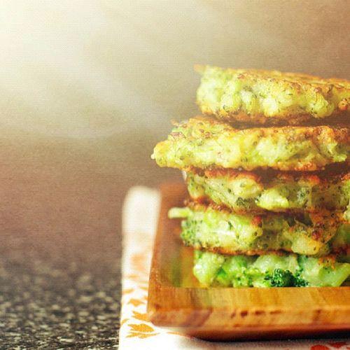 Оладьи с брокколи, кабачком и сыром.