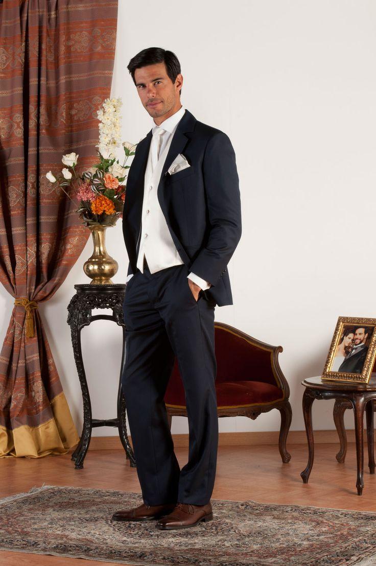FRANÇOIS Abito sartoriale realizzato in fresco di lana blu con revers classiche, tasche a doppio filetto, gilet in jacquard di seta bianco panna, bottoni in madreperla naturale