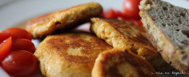 U nás na kopečku: Recepty z kopečku500g tvarohu (plnotučný z vaničky) 2 vejce 150g nastrouhaného sýra  (gouda, cheddar, cihla ... co máte) strouhanka sladká mletá paprika drcený kmín pepř pažitka sůl