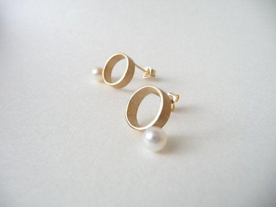 Minimalist Earrings with Freshwater Pearl in 18K Gold by kotan, ¥11880