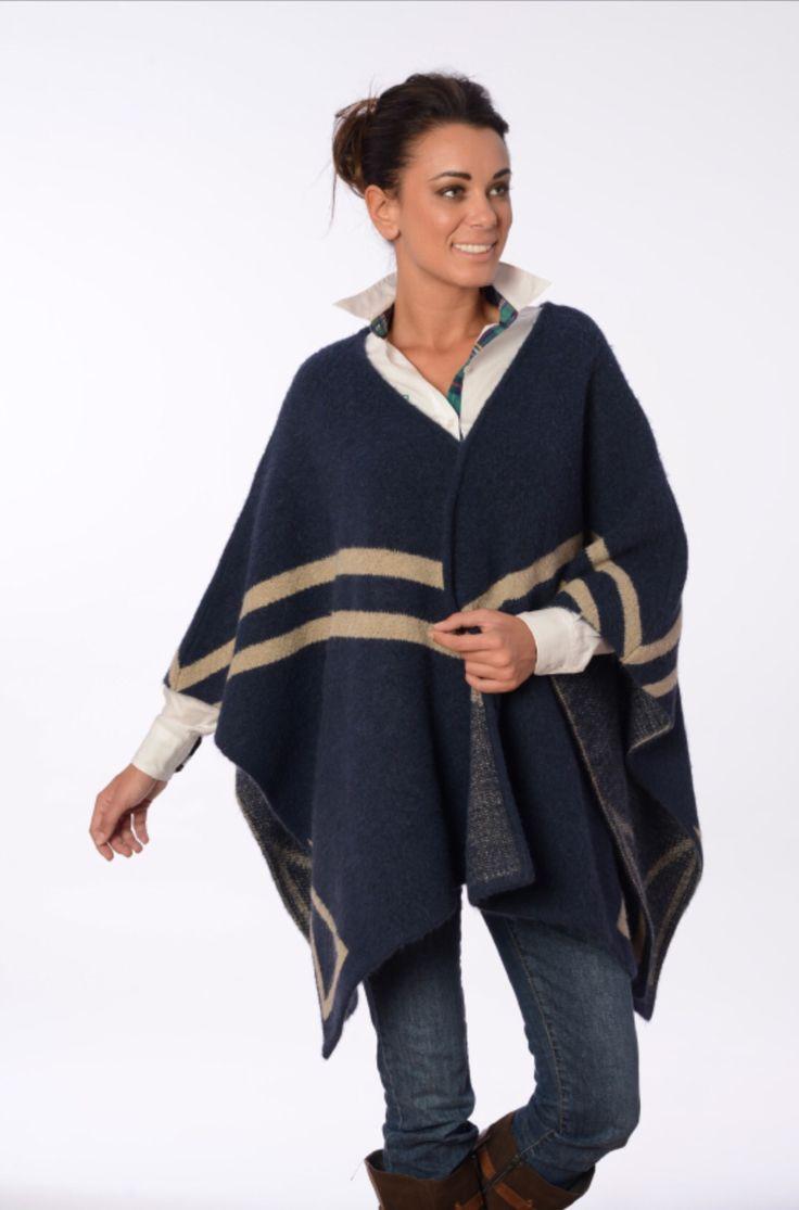 Abriga, es ligera, práctica, cómoda y están de moda.  Así es la protagonista de esta foto: la capa  http://www.valecuatro.com/es/prendas-de-abrigo/1918-capa-m-logo-azul-8434053042144.html