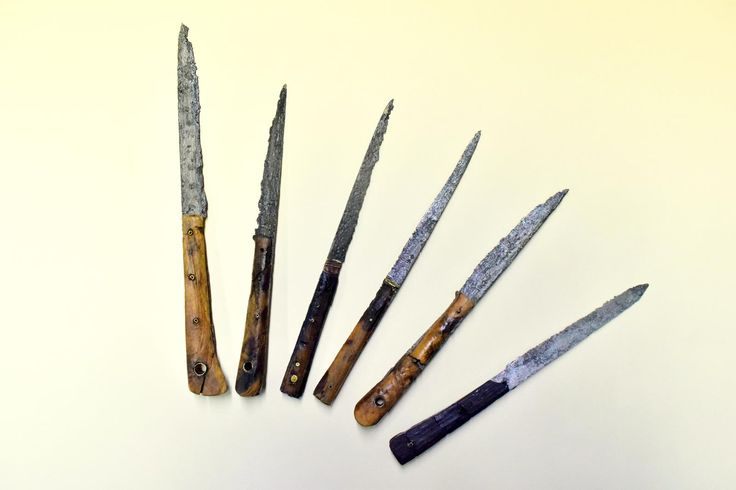 Przykład nożyków stołowych używanych podczas spożywania posiłków do rozdrabniania np. mięsiwa. Tego typu przedmioty w Polsce pojawiły się pod koniec XV w. natomiast ich upowszechnienie następuje w XVII wieku. Okazy, które prezentujemy pochodzą z XVI i pocz. XVII w. i były to nożyki osobiste, z którymi gość przychodził na różnego rodzaju posiłki np. do karczmy.
