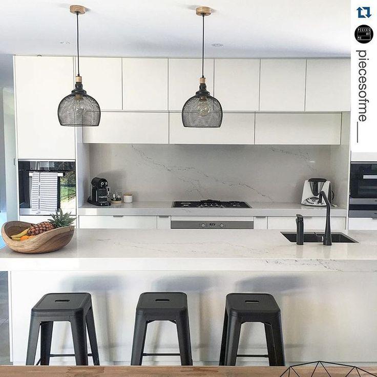Pendants. This kitchen designed by @bkbu48 features the very beautiful Caesarstone Statuario Nuvo. Just lovely 😍 @piecesofme___ #Caesarstone #kitchen #interior #interiordesign #marbleinspired #stone #quartz #designinspiration #modern