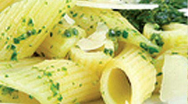 Dopo aver lessato i fagiolini, frullateli con un frullatore ad immersione insieme all'olio, all'aglio, al parmigiano e al basilico. Ponete la crema ottenuta sul fuoco insieme al latte e fate cuocere per 5 minuti, aggiustate di sale e condite le pennette.