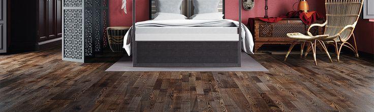 Ett borstat askgolv laserat i mörkbrun kulör och täckt med sidenmattlack. Golvets fina mönster berikas med färgskiftningar och mindre kvistar.