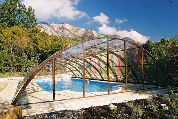 Nádherná fotka zastřešení bazénu systémem UNIVERSE pod horskými vrcholy.