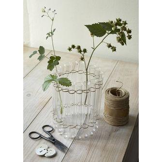 Un vase à réaliser soi-même, guirlande de tubes à essai de laboratoire, assemblée avec la ficelle métal et papier. 20 tubes à essai en verre. A découvrir sur www.botaniqueeditions.com