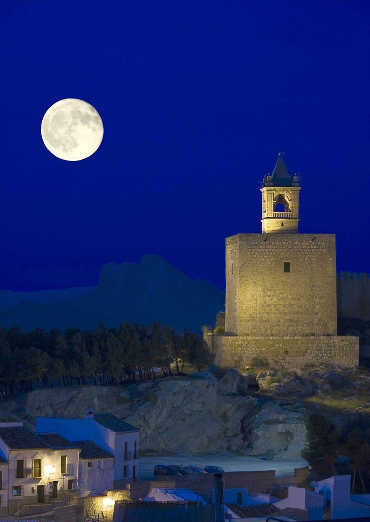 Vista nocturna de la Alcazaba · (Torre del Homenaje) Antequera Málaga Spain