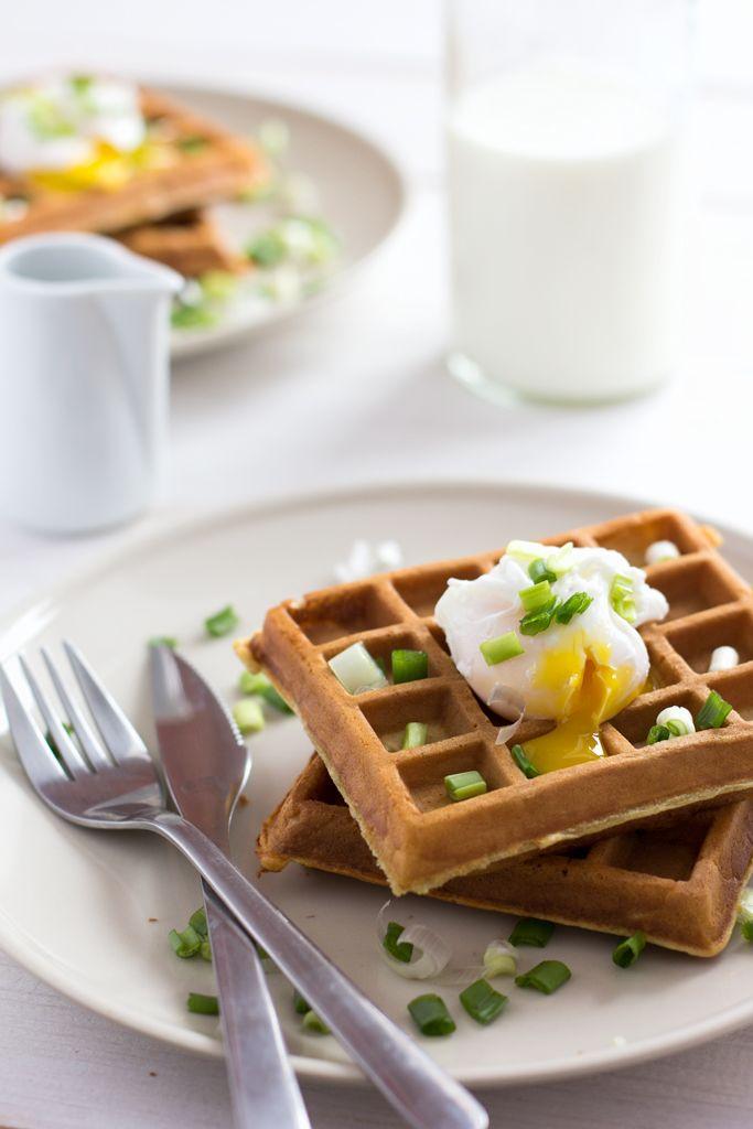 Я очень люблю вафли. На столько сильно, что даже купила вафельницу. А еще я безума от яйца пашот. Поэтому в одно ленивое утро воскресенья я подумала, что классно бы было объединить два моих любимых блюда. И вот он, один из идеальных несладких завтраков. Сразу оговорюсь, что этот рецепт нельзя отнести к правильному питанию, но иногда так приятно нарушать правила и баловать себя, верно?