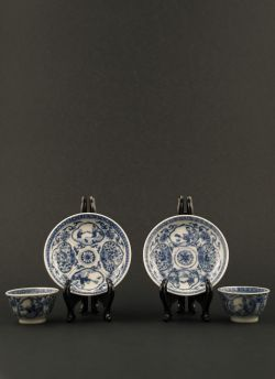 Miniature cup & saucer set. Qianlong (1736 - 1795) Two blue and white miniature cups and saucers with decor of a woman and a boy and alternating flower panels #antique #chineseporcelain #blueandwhite
