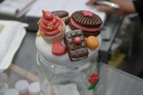 Tapas de frascos decoradas con dulces artificiales hechos con arcilla polimérica