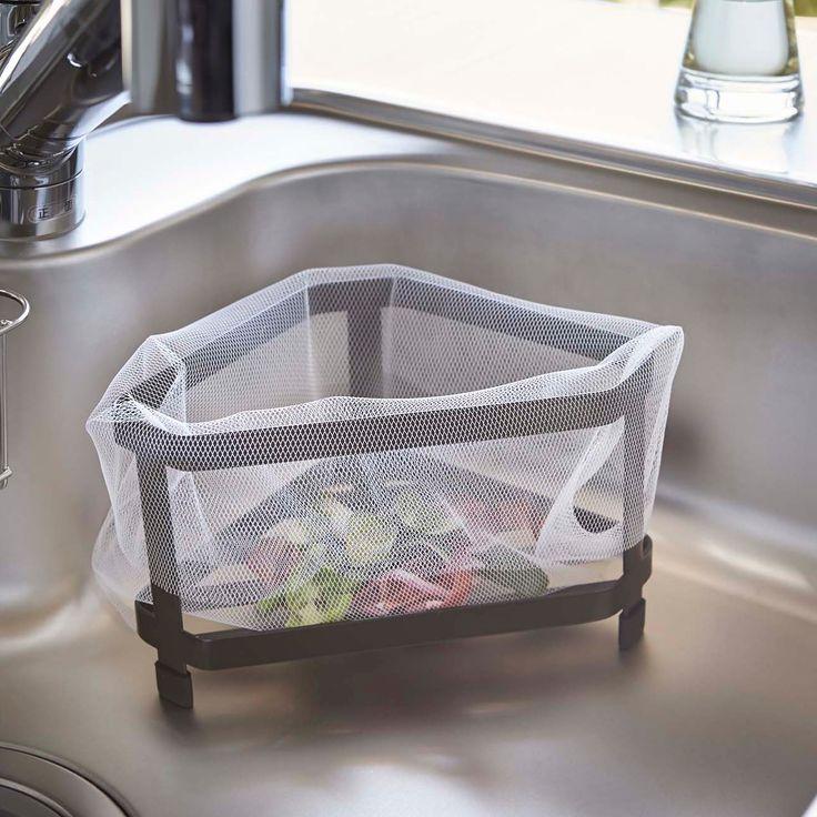 シンプルなデザインでお手入れがしやすい「三角コーナー タワー」のご紹介です。スチールの丈夫な線材で作られているシンプルな水切りなので、ゴミなどによる目詰まりが起きず、お手入れもしやすいので清潔にお使いいただけます◎ポリ袋を被せればシンク上でも使える簡易ゴミ箱になります。シンプルなデザインでキッチンのデザインを損ねることもありません。■SIZE:W16×D16×H12.5(cm) ■対応サイズ:約W28×H20cm以上の三角コーナー用水切りネット・ポリ袋に対応。 #home#tower#三角コーナー#ゴミ箱#ダストボックス#水切り#キッチン#キッチン収納#キッチン天然木#収納術#モノトーンインテリア#整理整頓#整理収納#暮らし#丁寧な暮らし#シンプルライフ#おうち#収納#シンプル#モダン#便利#おしゃれ #雑貨 #yamazaki #山崎実業