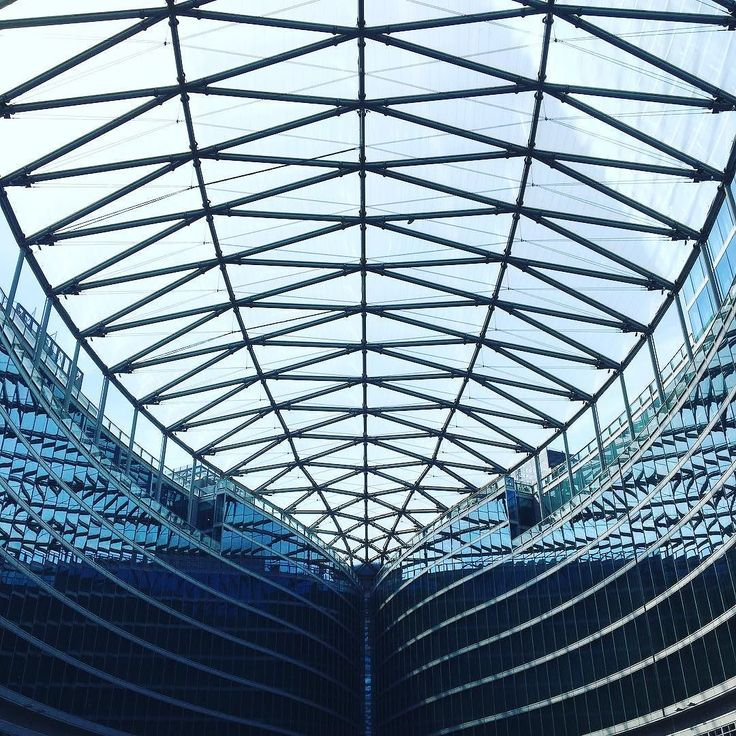 Con la testa in su #palazzodellaregione #regionelombardia #soffitto #conlatestainsu #riflessi #simmetrie #newbuilding #milan