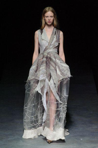 Haute Couture SS 2014 – Yiqing Yin See all fashion show on: http://www.bookmoda.com/sfilate/haute-couture-ss-2014-yiqing-yin/ #hautecouture #spring #summer #catwalk #womansfashion #woman #fashion #style #look #collection #SS2014 #yiqingyin #fashionshow