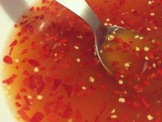 Recette sauce nuoc nam pour nems Ingrédients (pour 4 personnes) : - 6 cuillères de sauce de poisson - 3 cuillères de sucre en poudre - 3 cuillères de vinaigre de cidre ou de vin blanc - 18 cuillères d'eau plate - quelques pincées de carottes râpées - 1 petite gousse d'ail coupée en tous petits morceaux - piment (selon goût)