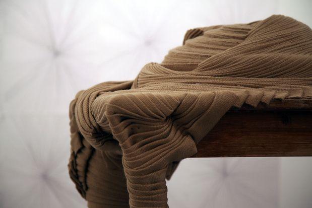 Une installation constituée de meubles recouverts de tricot, partiellement ou totalement. Comment donner une autre vie à un objet perdu, comment lui redonner corps, peut-être lui retrouver un propriétaire fantomatique. J_r_my-gob_-resident-104-cent-quatre-paris-avec-motifs-apparents_medium Jérémy Gobé, Résident, 2012