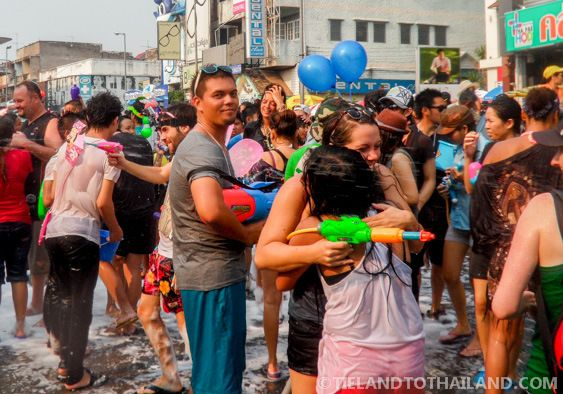 Songkran, Thailand's biggest water fight. Oh to be a kid again and play with super soakers! | tielandtothailand.com