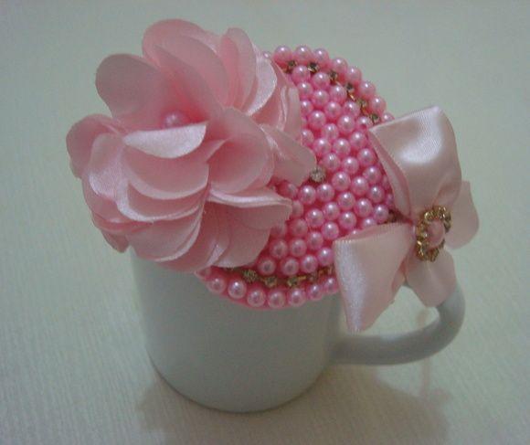 Tiara revestida em fita cetim com flor, coração e laço com detalhes em strass muito charmosa. R$ 24,90