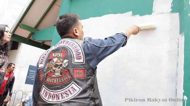 SEORANG anggota Bikers Brotherhood MC Indonesia mengembalikan warna putih sel No. 5 Blok F tempat Bung Karno (Sukarno) saat aksi Brotherhood Charity for Heritage, Sabtu (22/3/2014).*