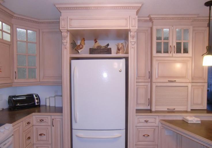 armoire classique avec corbeaux, cuisine en merisier peint et glazé