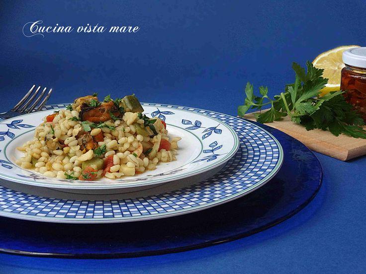 Orzotto mare e orto: un primo piatto completo nel quale il gusto del pesce si sposa a quello delle verdure per un risultato eccellente!