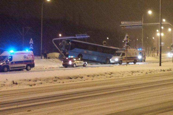 Łódź: padający śnieg i niska temperatura powoduje, że na drogach panują bardzo trudne warunki, które prowadzą do niebezpiecznych zdarzeń