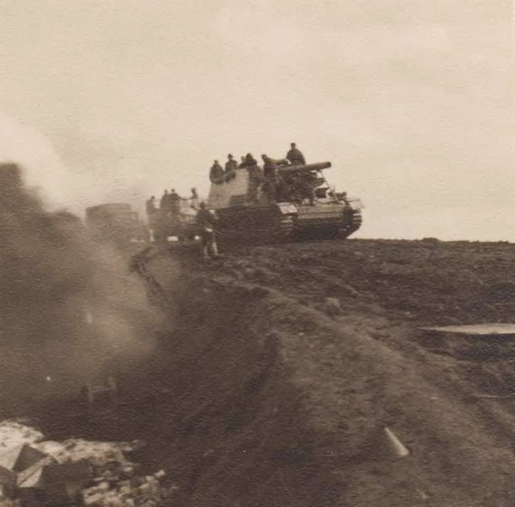 source: www.worldwarphotos.info/ Panzer Haubitze Hummel self-propelled artillery, Sd.Kfz. 165.