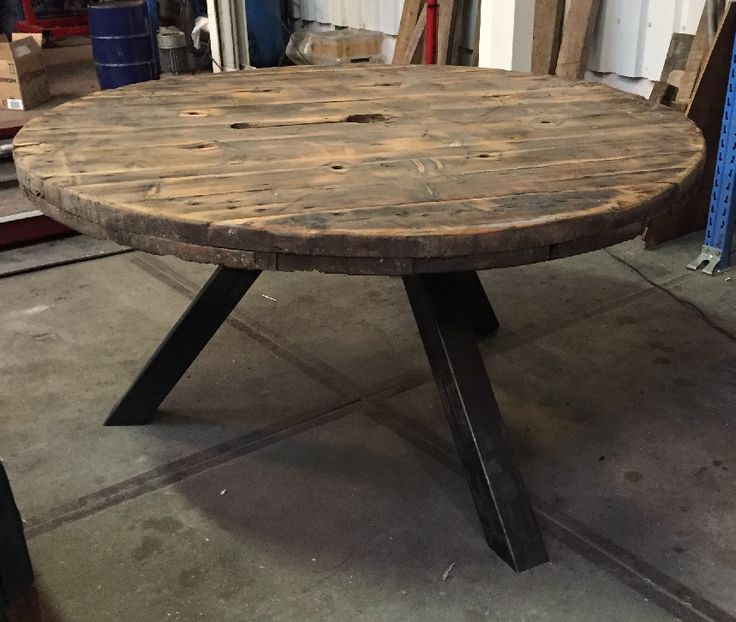 Ronde tafel gemaakt van een kabel haspel met industrieel onderstel met zwarte poedercoat (roestvrij) #kabelhaspel #industrieel #rondetafel #sloophout