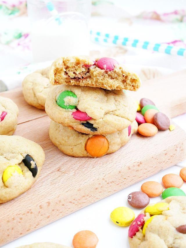 Hej! Jag heter Camilla och är en 25-årig tvåbarnsmamma med öga för det söta. Ska det fikas så ska det göras ordentligt! Kladdiga kladdkakor, krämiga cheesecakes och generöst dekorerade bakverk är det som syns mest här på bloggen. År 2016 vann jag Svenska matbloggspriset för bästa bak- och dessertblogg, men baka har jag gjort så länge jag kan minnas. Med hjälp av bloggen vill jag dokumentera mina söta kitchen stories och dela dem tillsammans med er. Välkomna!