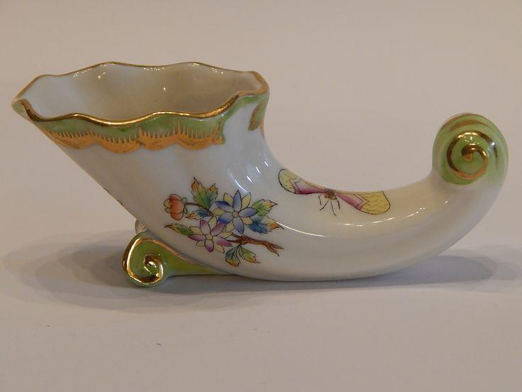 1950-es években készült, fekvő kürt formájú Herendi Viktória mintás ibolya váza. Talprésznél egy helyen szakszerűen restaurálva / fotóztam/.  Méret: 11,5 cm hosszú, felső része 5,3 cm x 4 cm, magassága 3,5 cm.