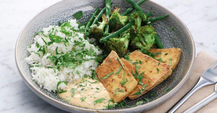 Klibbigt sushiris med krispig tofu, stekta grönsaker och en riktigt god koriandermajonnäs. En härlig och smakrik vegetarisk middag!