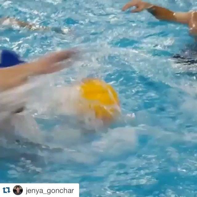 Вот такая нешуточная борьба разворачивается на наших тренировках по водному поло! Присоединяйтесь;)) #Repost @jenya_gonchar with @repostapp.#rigafit #pool #waterpolo #train #trainhard #sport #fitness #motivation