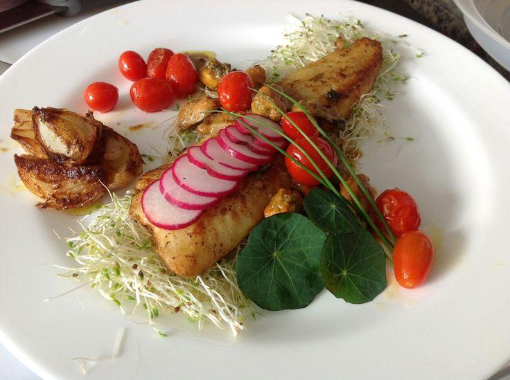 File de peixe com tomates fritos