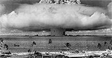 ビキニ環礁 - Wikipedia  クロスロード作戦のベーカー核実験で発生した巨大な水柱