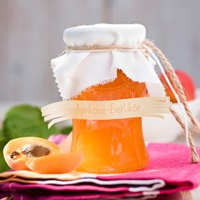 Eierlikör macht die Aprikosenkonfitüre sämig. Probieren Sie es aus.