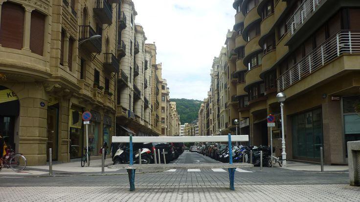 La calle Usandizaga de Donostia-San Sebastián, vista desde el Paseo Ramón Maria Lilí. El nombre de la calle se puso en homenaje al músico José María Usandizaga, músico que vivió entre 1887 y 1915.