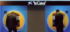 La Caixa cobra 2 euros por sacar dinero de sus cajeros con la tarjeta de otro banco