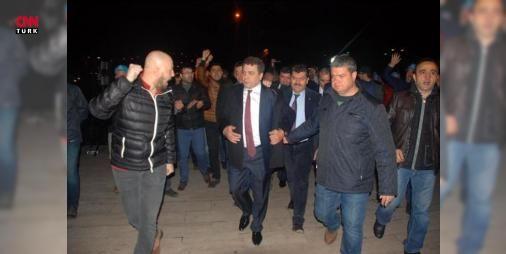 Pevrul Kavlak: Pazartesi grev kararı alacağız : Türk Metal Sendikası Genel Başkanı Pevrul Kavrak Erdemir ile sürdürülen toplu sözleşme görüşmelerinde sendikanın saat ücretine 3 liralık zam isteğine işverenin 68 kuruş teklif ettiğini belirterek  Pazartesi günü grev kararını alacağız eylemleri de arka arkaya sıralayacağız  dedi.  http://www.haberdex.com/tekno/Pevrul-Kavlak-Pazartesi-grev-karari-alacagiz/86735?kaynak=feeds #Teknoloji   #Pevrul #grev #alacağız #Pazartesi #kuruş