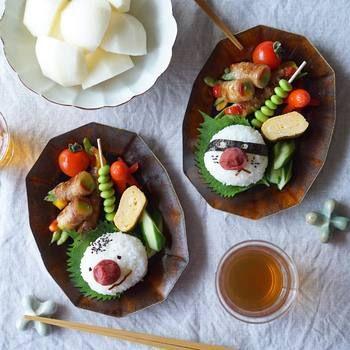 安齋新さん・厚子さんがご夫婦で作る楕円皿は、シックな味わいが素敵。ユニークな顔にぎりをのせて、可愛らしく。