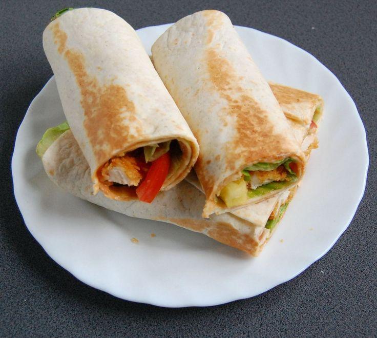 Tortilla z kurczakiem może świetnie zastąpić wasz tradycyjny obiad. Ta w moim przepisie przypomina tą z kfc z wykorzystaniem nuggetsów