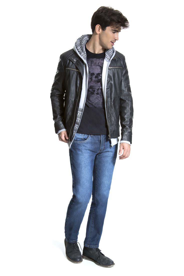 T-shirt preta com estampa de caveira em malha botonê, moletom cinza étnico, jaqueta preta de couro ecológico com detalhe em matelassê e calça jeans.